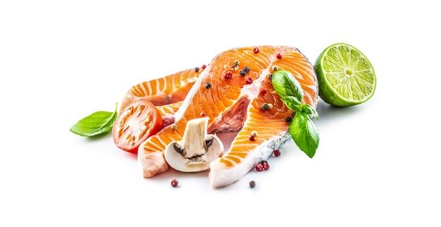 Bifes crus de salmão, manjericão, tomate, limão, cogumelo, especiarias, isolado, branco.
