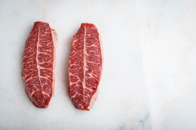 Bifes da lâmina da parte superior crua da carne fresca.