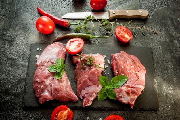 Bifes de carne crua