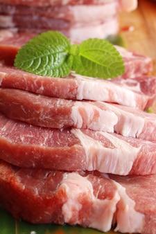 Bifes de carne de porco crua com sal e pimenta