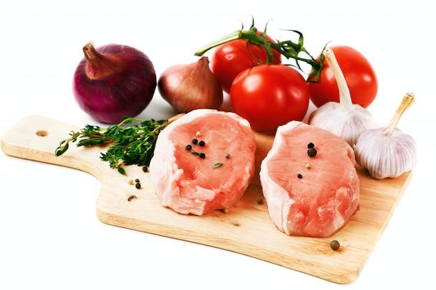 Bifes de carne de porco fresca com legumes