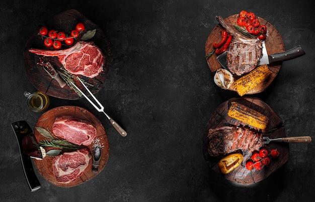 Bifes de carne marmorizados em uma superfície de pedra antes e depois do cozimento. banner, lugar para texto