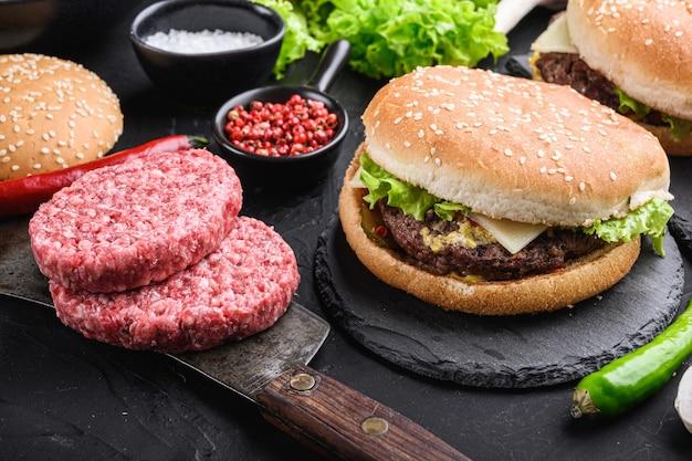 Bifes de carne moída para hambúrguer caseiro no preto