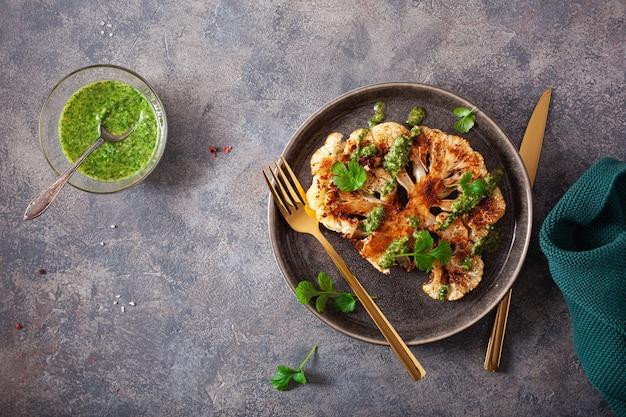 Bifes de couve-flor com molho de ervas e especiarias. substituto de carne à base de plantas