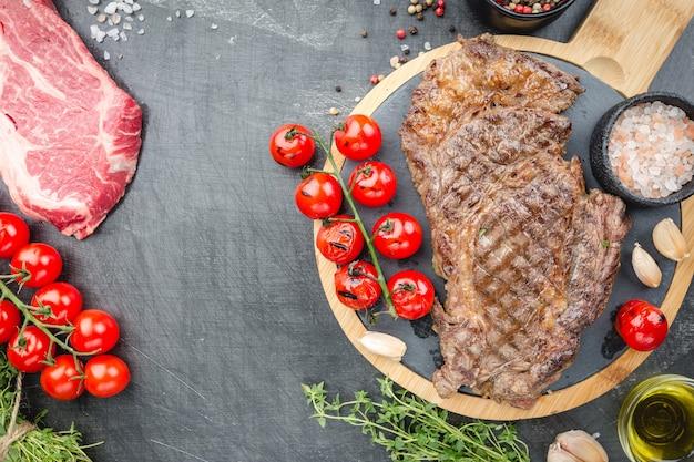 Bifes de lombo grelhados e crus com ervas e temperos para cozinhar