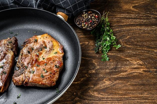 Bifes de porco assados na frigideira de carne de pescoço