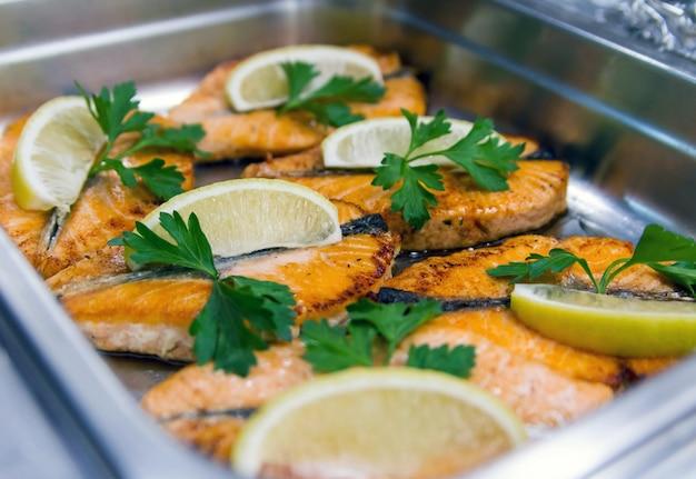 Bifes de salmão assados com folhas de salsa e limão