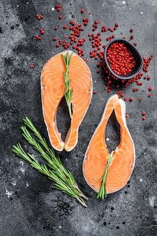 Bifes de salmão com alecrim e pimenta rosa