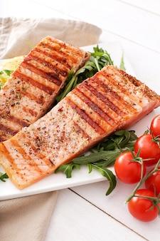 Bifes de salmão cozido