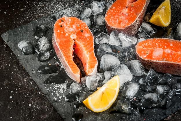 Bifes de salmão cru no gelo