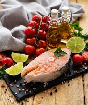 Bifes de salmão cru