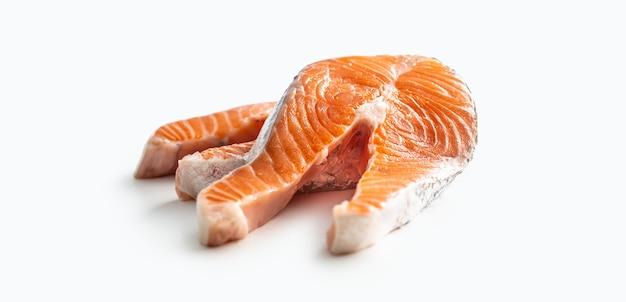 Bifes de salmão crus, isolados no fundo branco.