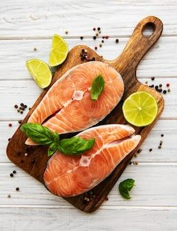 Bifes de salmão crus