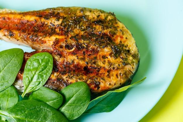 Bifes de salmão grelhados até dourar com especiarias e suco de limão