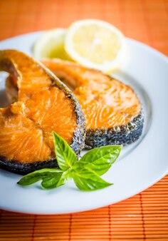 Bifes de salmão grelhados