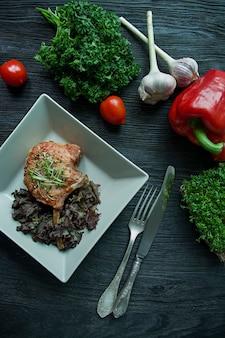 Bifes grelhados dos reforços de carne de porco com especiarias e ervas.