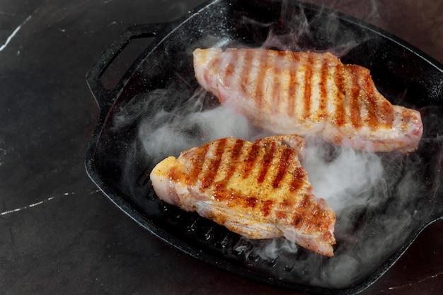 Bifes grelhados suculentos em uma frigideira