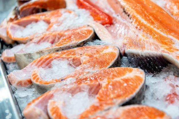 Bifes refrigerados de peixe vermelho