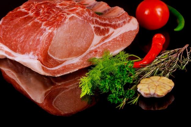 Bifes suculentos crus da carne em um fundo do quadro-negro. bife de costela no filé