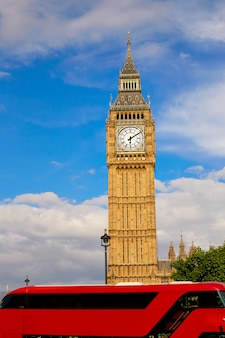 Big ben clock tower, com ônibus de londres
