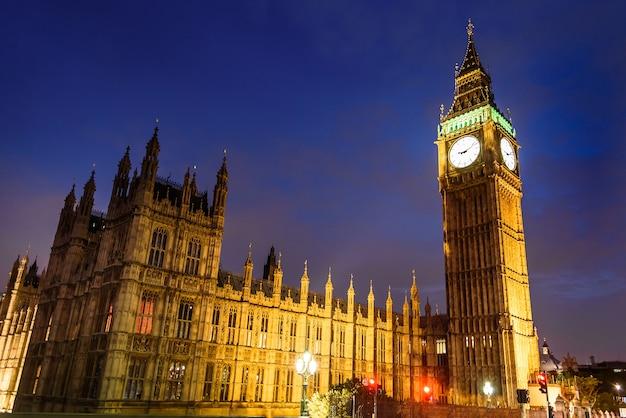 Big ben clock tower e casa do parlamento à noite