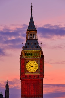 Big ben clock tower em londres pôr do sol inglaterra