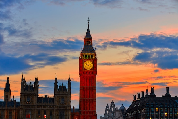 Big ben clock tower londres no rio tamisa