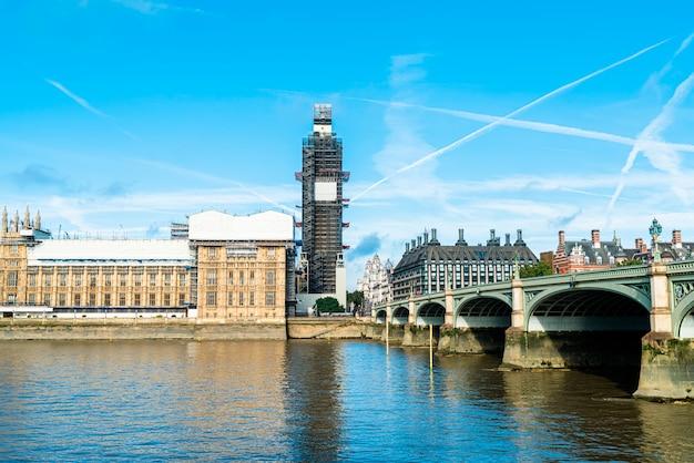 Big ben e westminster bridge em londres, reino unido