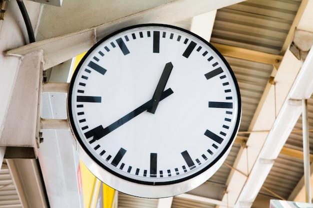 Big clock metro station, um relógio na estação de metrô