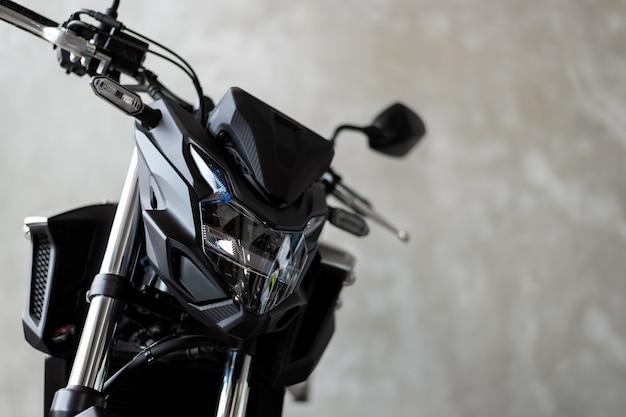 Bigbike de moto na velha parede de tijolos