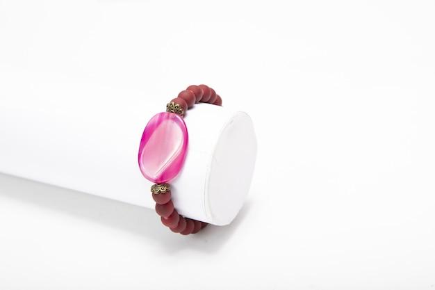 Bijuteria da moda com pedras coloridas