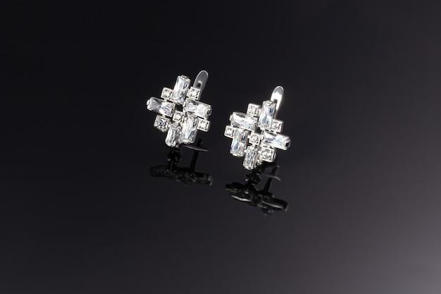 Bijuteria e joias em uma superfície escura. anéis, pulseiras e pingentes.