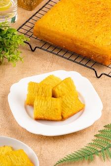 Bika ambon ou bolo dourado ou kuih bingka dourado em cingapura é uma sobremesa indonésia