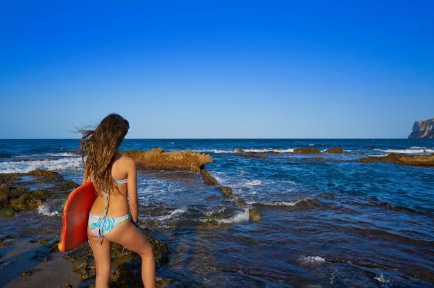 Bikini menina hording prancha de surf na praia