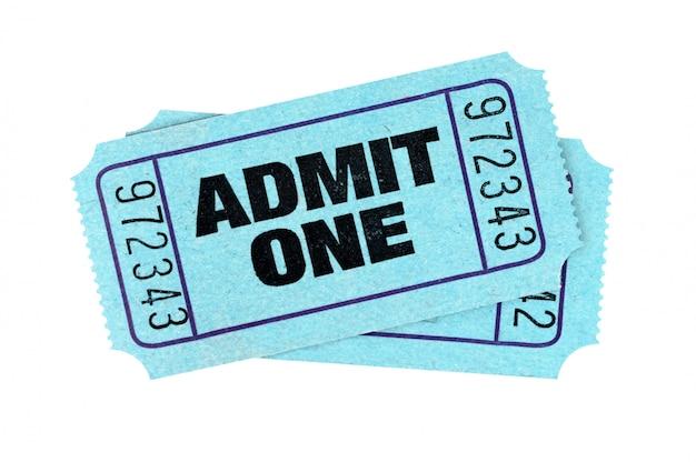 Bilhetes azuis da admissão isolados no fundo branco.