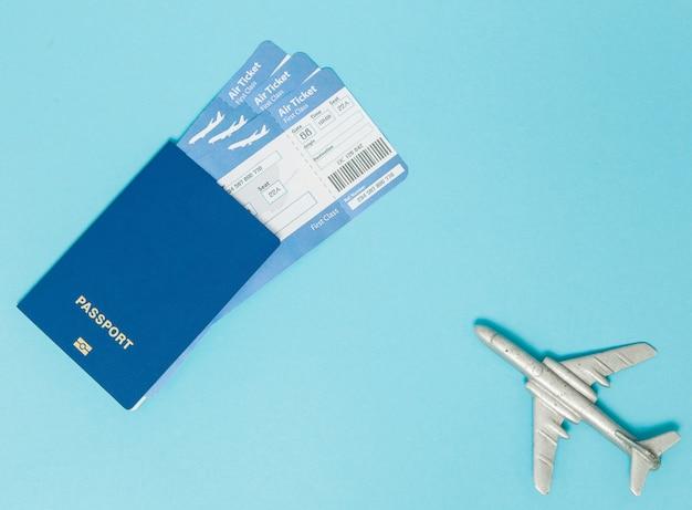 Bilhetes de avião e passaporte