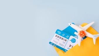 Bilhetes de avião no documento caso perto de avião de brinquedo