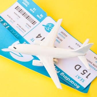 Bilhetes de avião perto de aviões de brinquedo