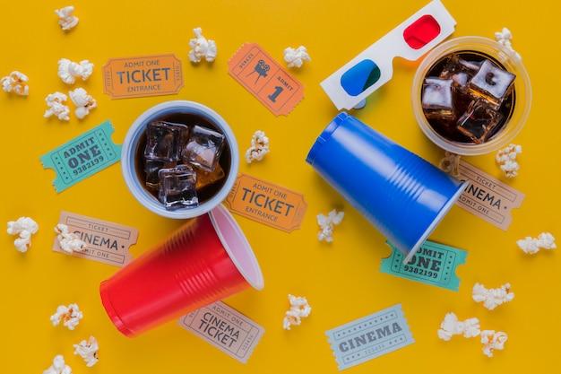 Bilhetes de cinema com bebidas e pipocas