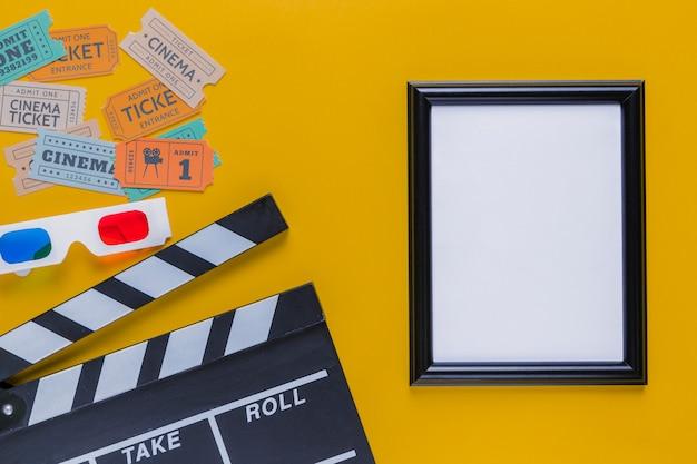 Bilhetes de cinema com claquete e um quadro