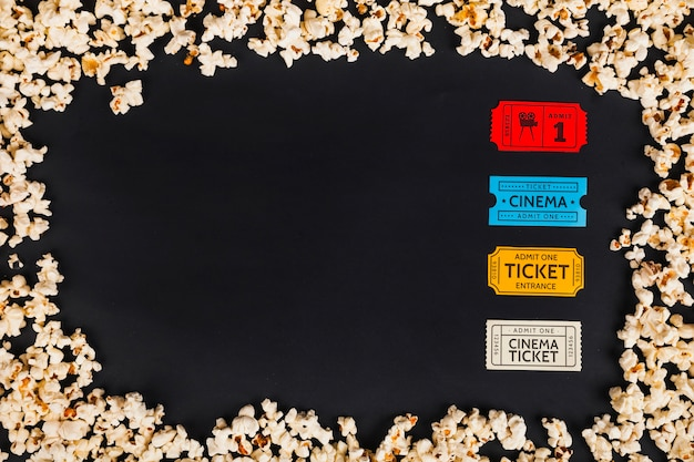 Bilhetes de cinema em borda de pipoca