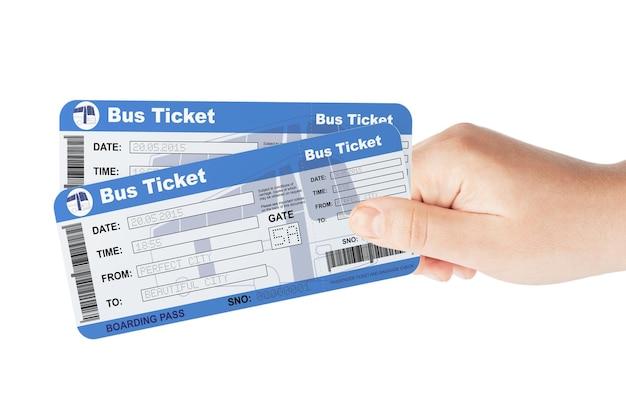 Bilhetes de ônibus segurados à mão em um fundo branco