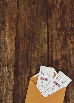 Bilhetes em fundo de madeira
