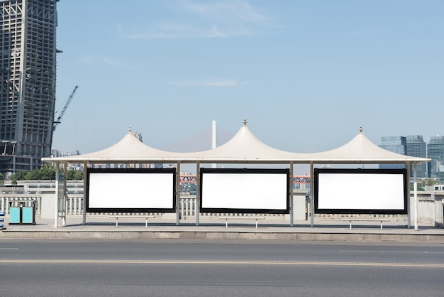 Billboard, banner, vazio, branco em uma parada de ônibus