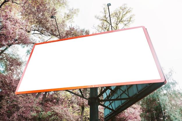 Billboard perto de árvores em flor