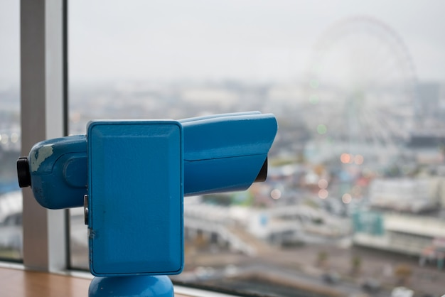 Binóculos ou telescópio no deck de observação