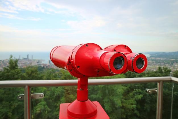 Binóculos vermelhos no deck de observação