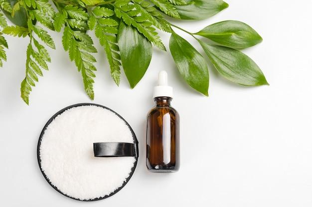 Bio cosméticos orgânicos com ingredientes à base de plantas. extrato natural, óleo, soro com folhas frescas.