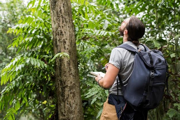 Biólogo em uma floresta