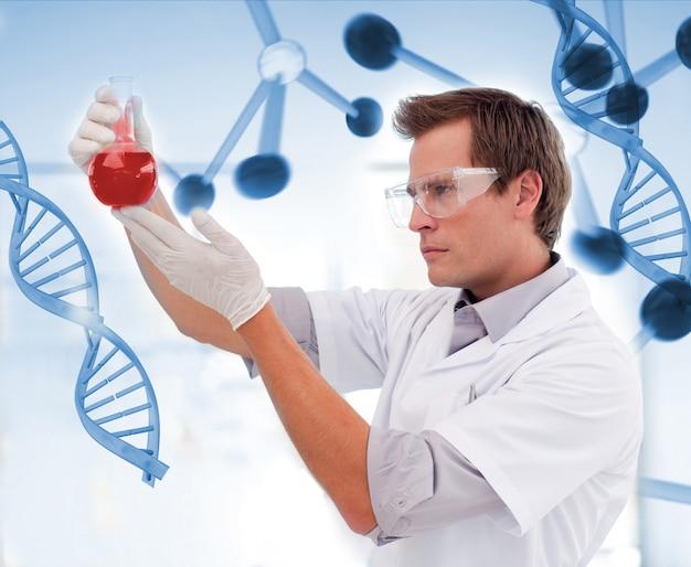 Biólogo examinando um copo de sangue